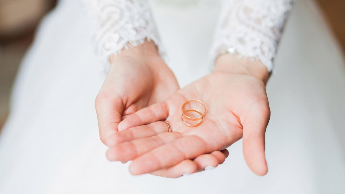 Choosing the perfect wedding band for her